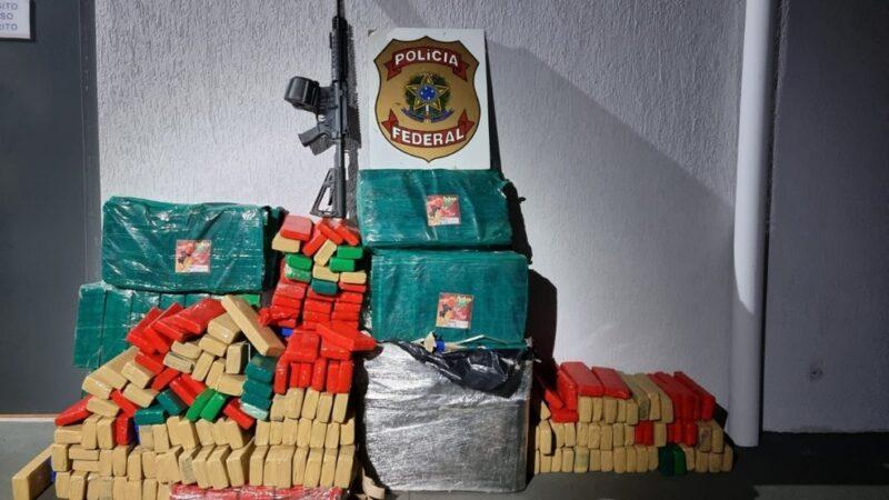 PF apreende 340 quilos de maconha e fuzil em carreta bitrem carregada com soja em MS