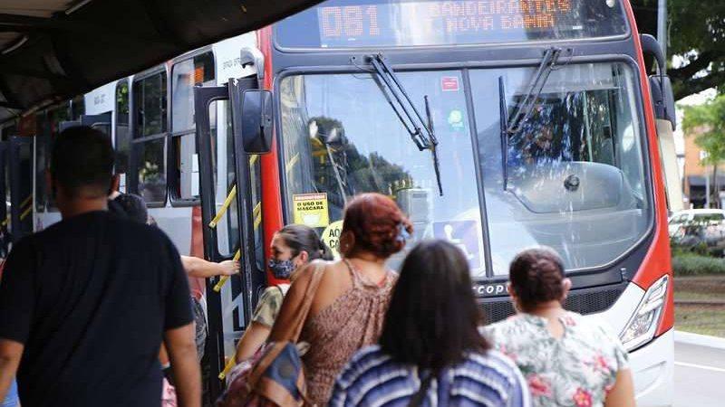Embarque e desembarque de ônibus em terminais é retomado na porta traseira a partir desta segunda